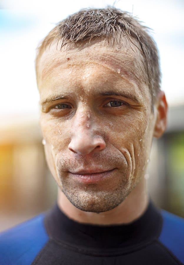 Retrato de um homem novo considerável no terno de mergulho fotografia de stock