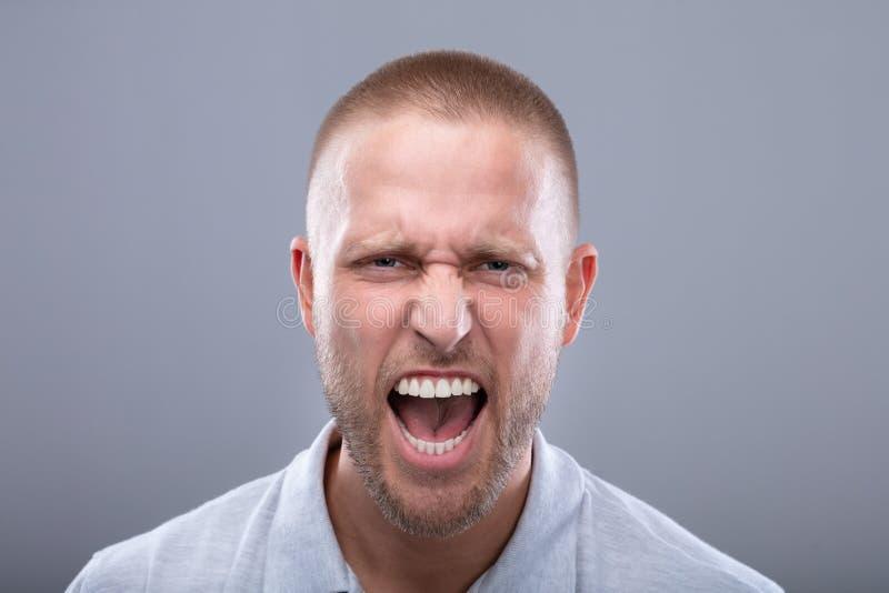 Retrato de um homem novo da gritaria imagem de stock