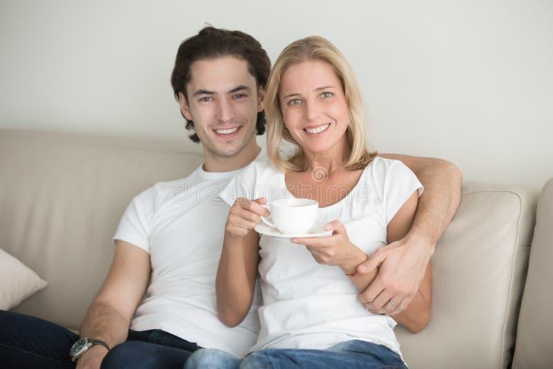 Retrato de um homem novo e de uma mulher de meia idade fotografia de stock royalty free