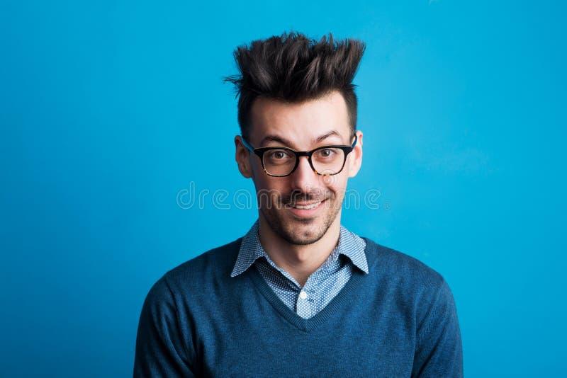 Retrato de um homem novo em um estúdio com penteado pontudo imagem de stock royalty free
