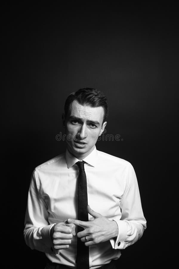 Retrato de um homem novo em uma camisa e em um traje de cerimônia brancos imagens de stock royalty free