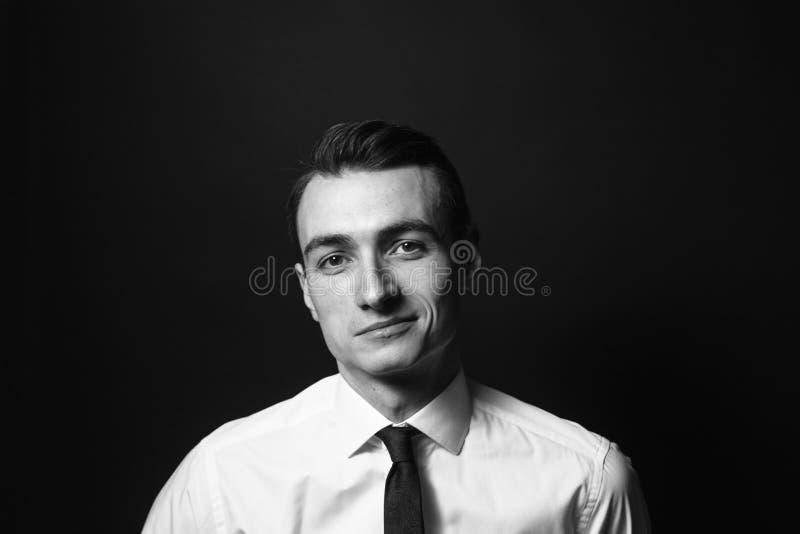 Retrato de um homem novo em uma camisa e em um traje de cerimônia brancos foto de stock royalty free