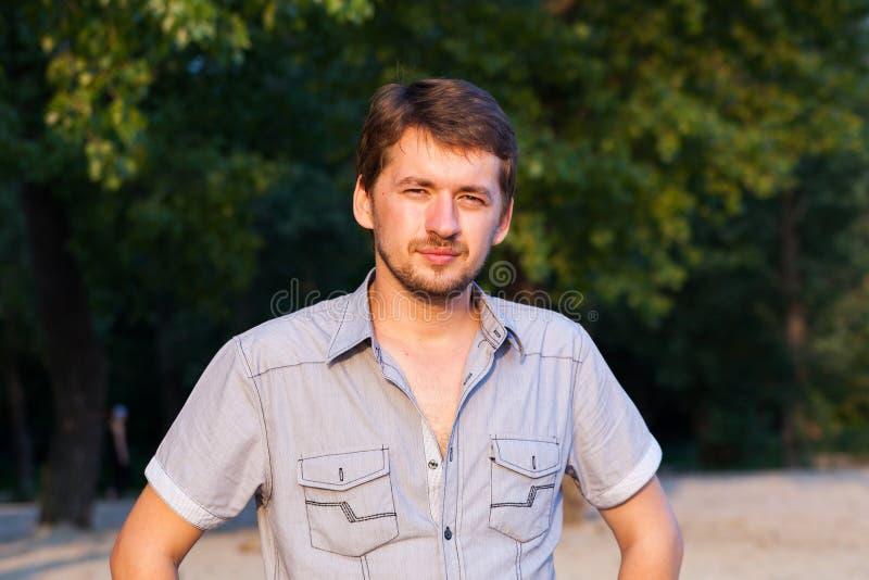 Retrato de um homem novo em uma praia imagens de stock royalty free