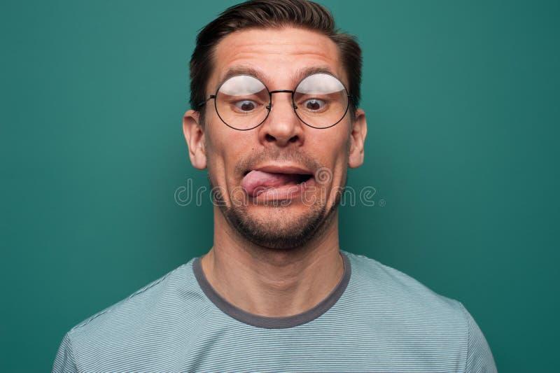 Retrato de um homem novo engraçado nos vidros fotos de stock royalty free