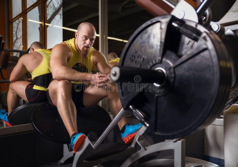 Retrato de um homem novo fisicamente cabido que descansa no clube moderno da saúde foto de stock royalty free