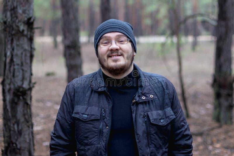 Retrato de um homem novo gordo em uma floresta do pinho fotos de stock