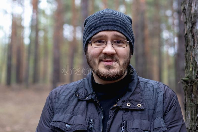 Retrato de um homem novo gordo em uma floresta do pinho foto de stock royalty free