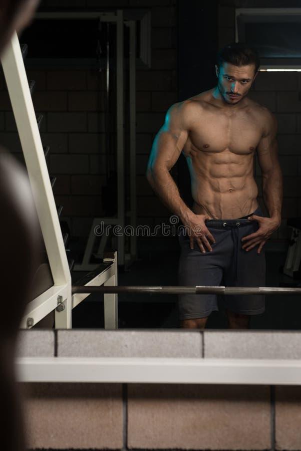 Retrato de um homem novo muscular fisicamente cabido fotografia de stock royalty free