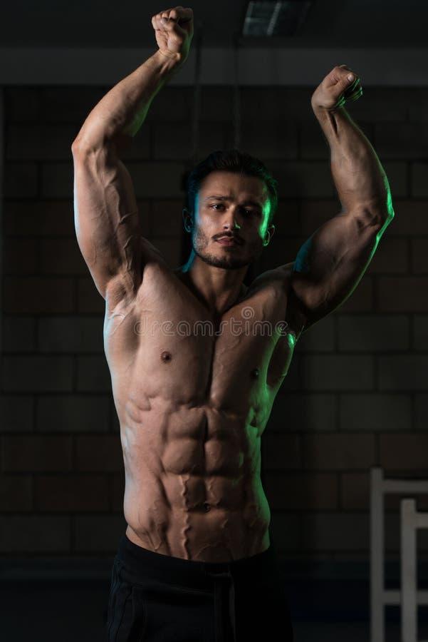 Retrato de um homem novo muscular fisicamente cabido imagem de stock