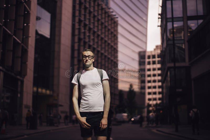 Retrato de um homem novo na cidade fotografia de stock royalty free