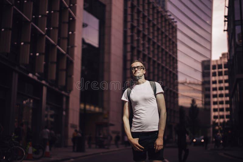Retrato de um homem novo na cidade imagem de stock royalty free