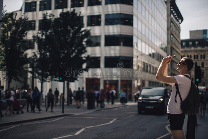Retrato de um homem novo na cidade fotos de stock