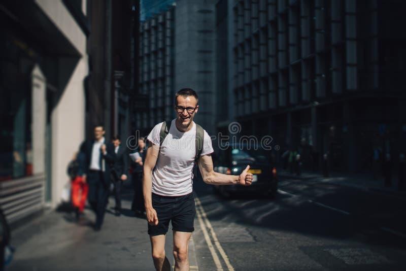 Retrato de um homem novo na cidade imagens de stock royalty free