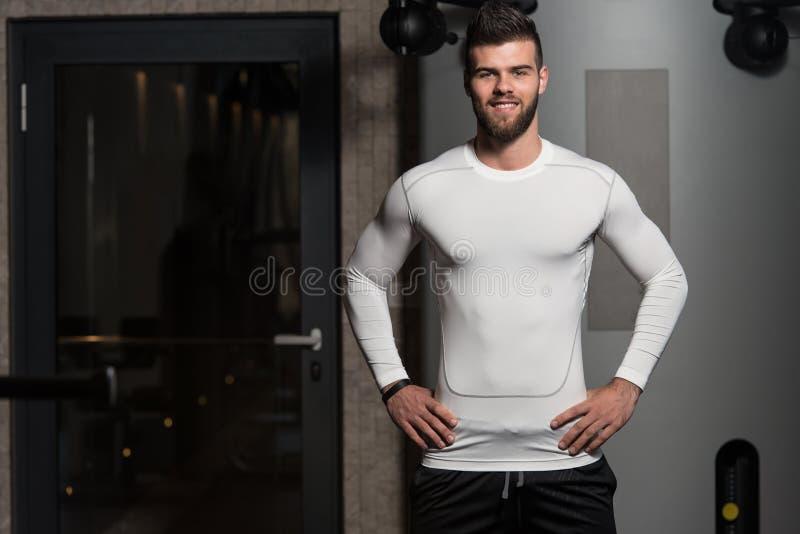 Retrato de um homem novo no Gym imagem de stock royalty free