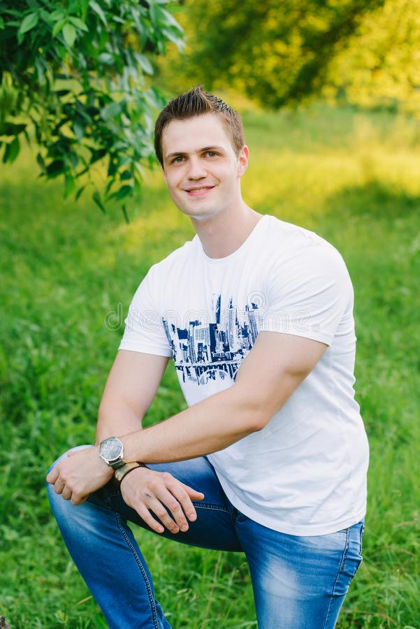 Retrato de um homem novo no parque foto de stock royalty free