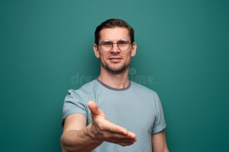 Retrato de um homem novo positivo nos vidros fotografia de stock