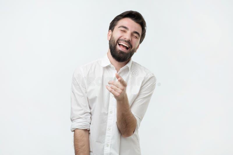 Retrato de um homem novo que aponta seu dedo em você fotografia de stock royalty free