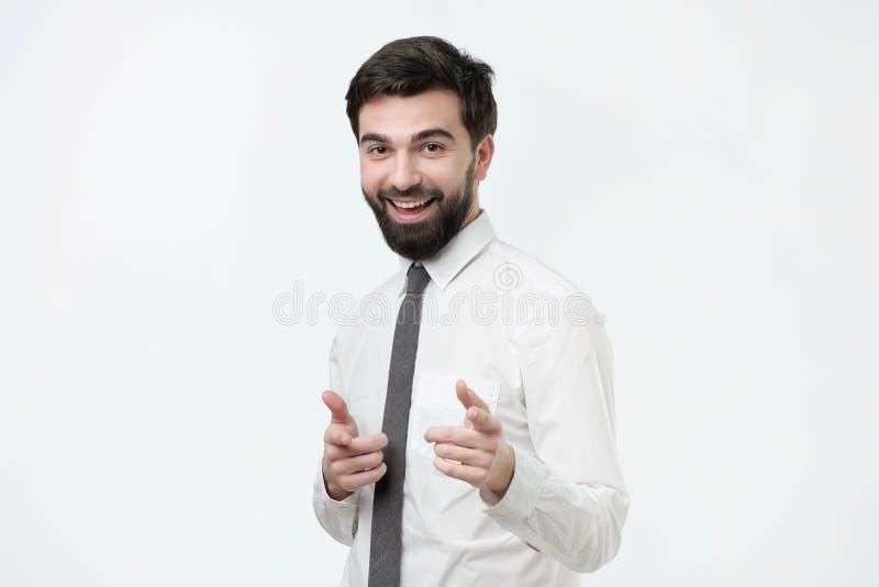 Retrato de um homem novo que aponta seu dedo em você fotos de stock