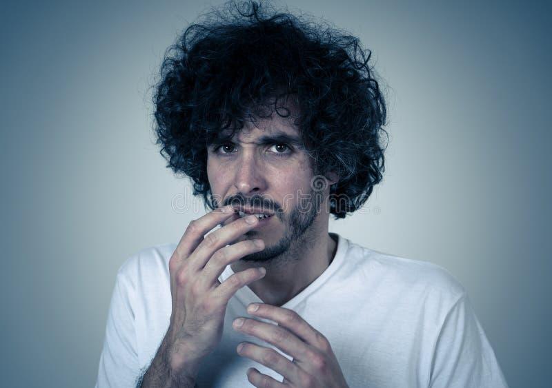 Retrato de um homem novo que olha chocado e desgostado em algo Express?es e emo??es humanas fotos de stock