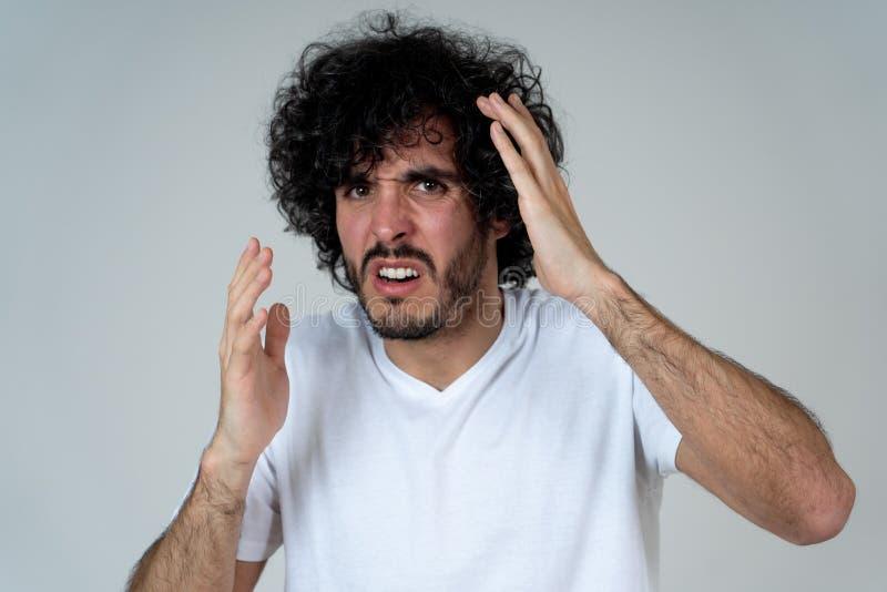 Retrato de um homem novo que olha chocado e desgostado em algo Express?es e emo??es humanas imagens de stock royalty free
