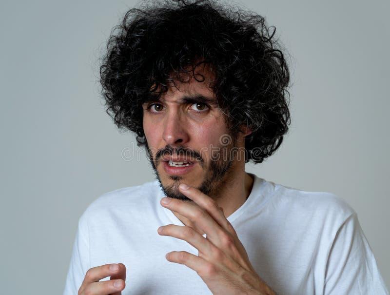 Retrato de um homem novo que olha chocado e desgostado em algo Express?es e emo??es humanas foto de stock