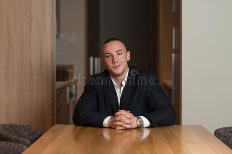 Retrato de um homem novo que sorri na casa fotografia de stock royalty free