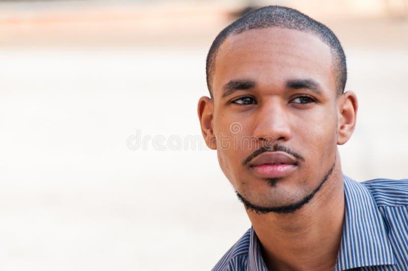 Retrato de um homem novo sério foto de stock royalty free