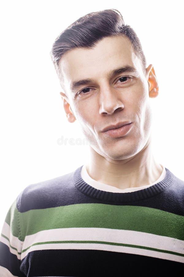 Download Retrato De Um Homem Novo Sério Esperto Que Está Contra O Fundo Branco Conceito Emocional Para O Gesto Foto de Stock - Imagem de idade, confiança: 65578332