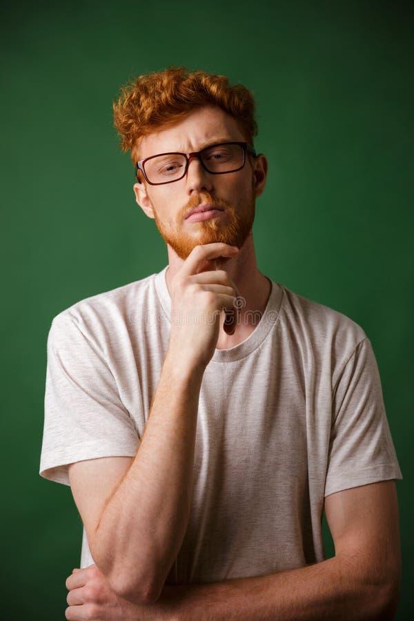 Retrato de um homem pensativo do ruivo nos monóculos foto de stock royalty free