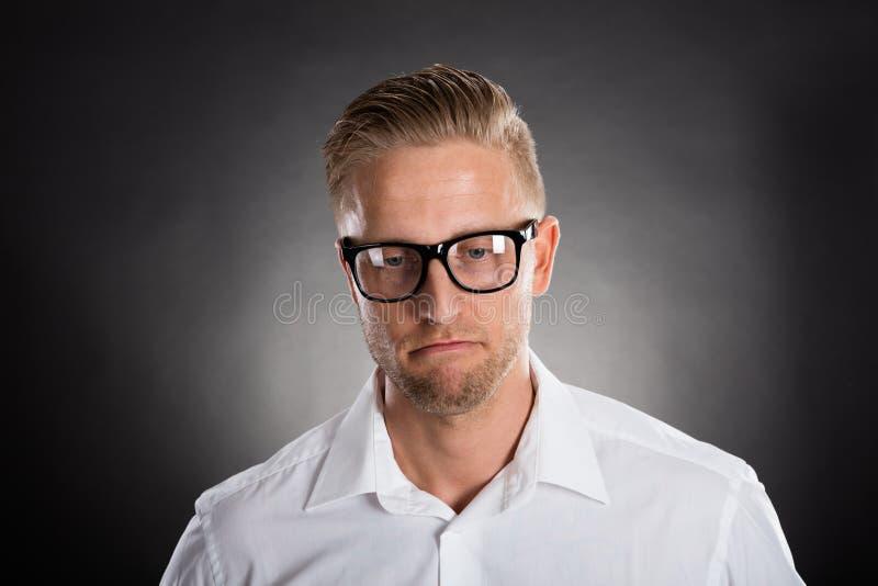 Retrato de um homem pensativo triste fotos de stock