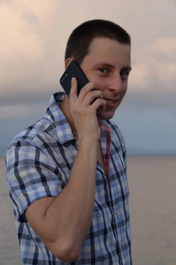 Retrato de um homem que fala em seu telefone celular foto de stock