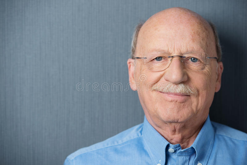 Retrato de um homem superior amigável de sorriso foto de stock royalty free