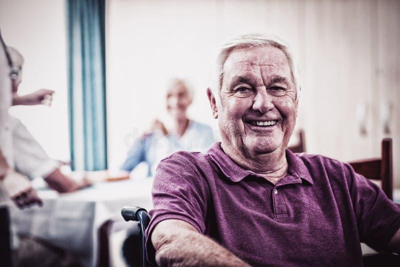 Retrato de um homem superior na cadeira de rodas foto de stock royalty free