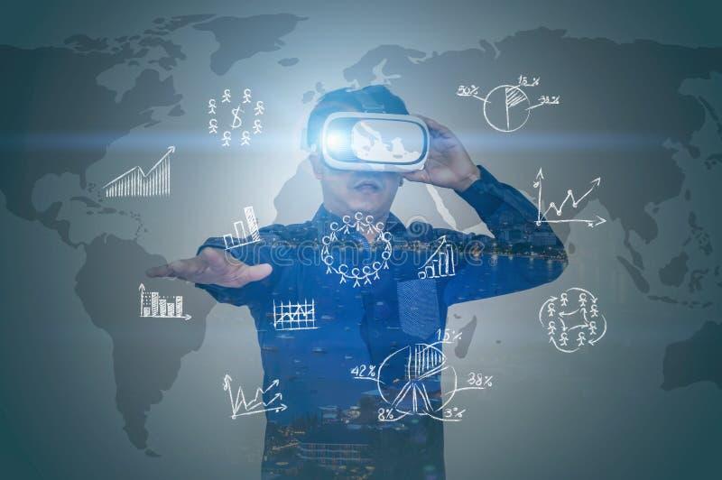 Retrato de um homem vidros vestindo e trabalho de uma realidade virtual imagem de stock royalty free