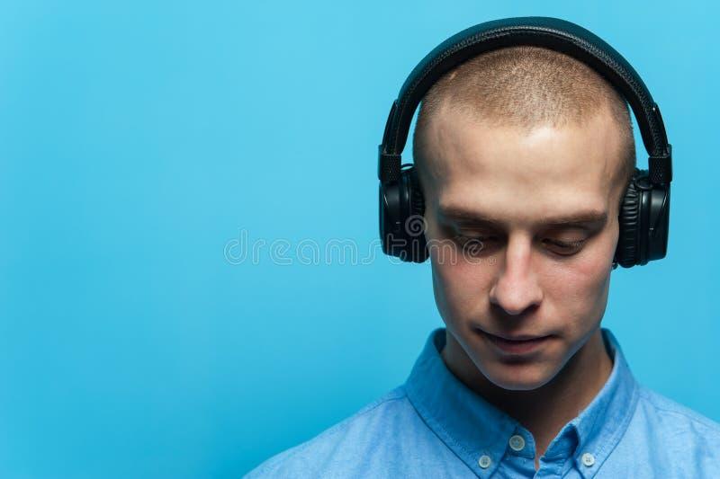 Retrato de um indivíduo considerável novo DJ fotografia de stock