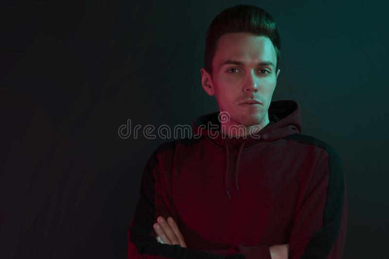 Retrato de um indivíduo em um hoodie foto de stock