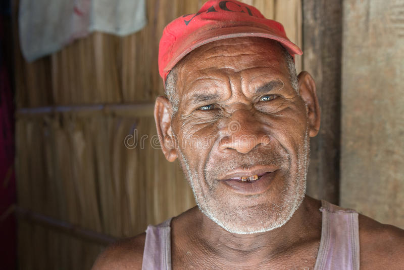 Retrato de um insular superior em Owaraha, Solomon Island foto de stock
