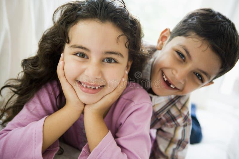 Retrato de um irmão e de uma irmã do Oriente Médio fotos de stock