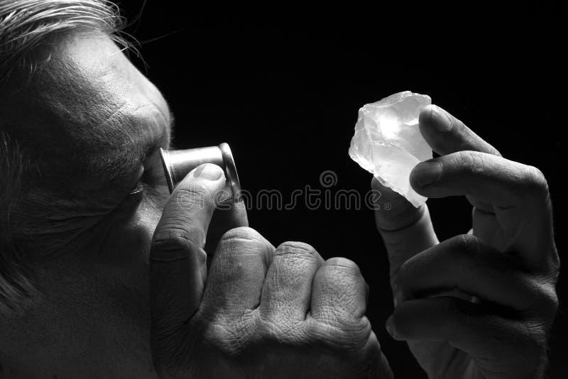 Retrato de um joalheiro durante a avaliação das joias foto de stock