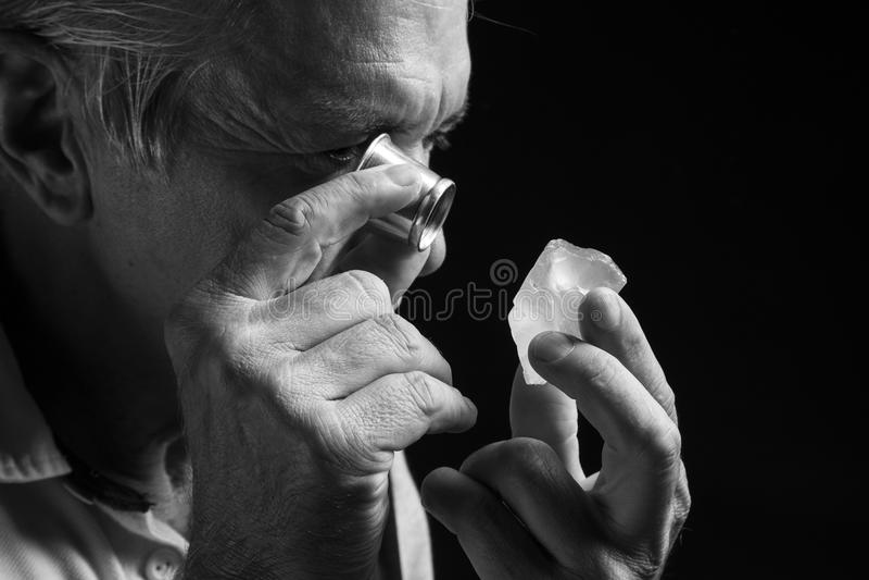 Retrato de um joalheiro durante a avaliação das joias imagem de stock royalty free