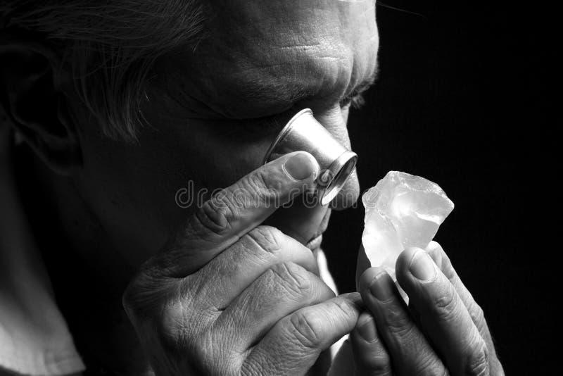 Retrato de um joalheiro durante a avaliação das joias fotografia de stock royalty free