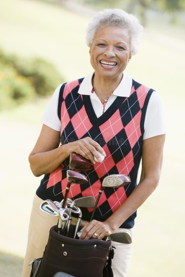 Retrato de um jogador de golfe fêmea imagens de stock royalty free