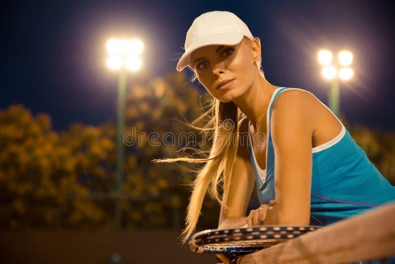 Retrato de um jogador de tênis fêmea bonito imagens de stock