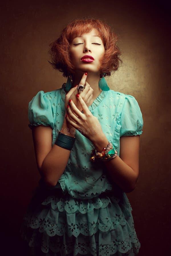 Retrato de um jovem boneca-como a menina com acessórios elegantes imagem de stock royalty free