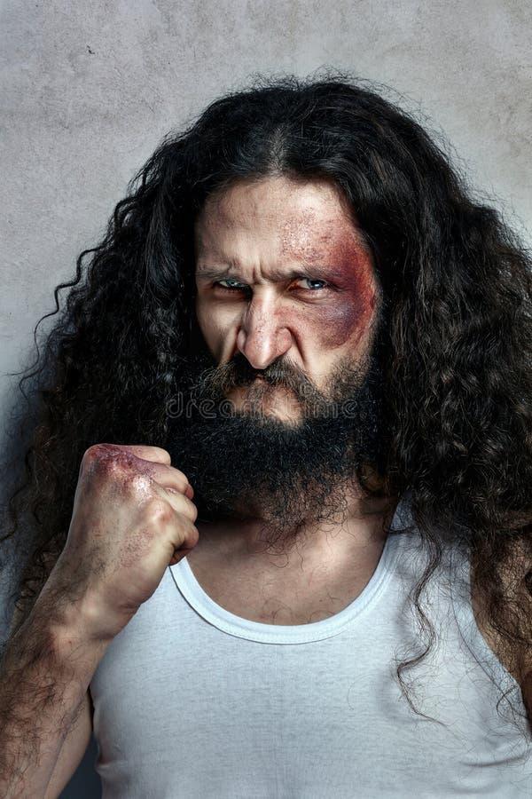 Retrato de um lutador ferido engraçado foto de stock
