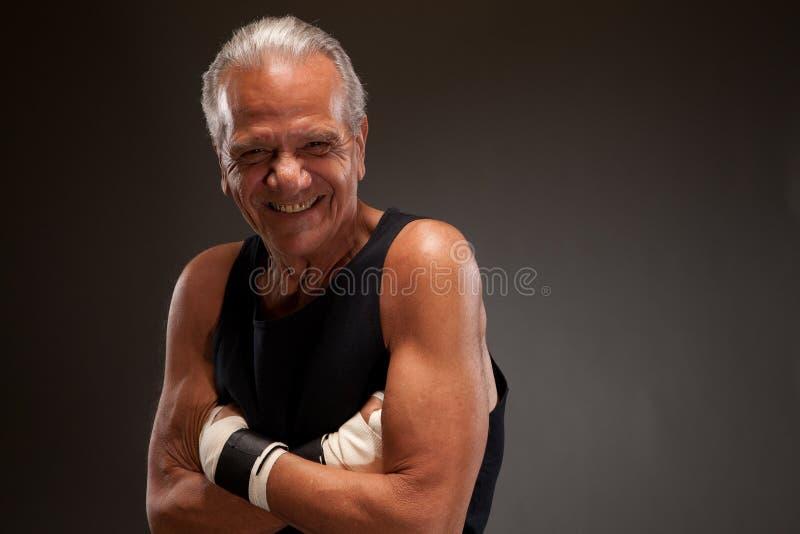 Retrato de um lutador superior que levanta com os braços cruzados fotos de stock royalty free