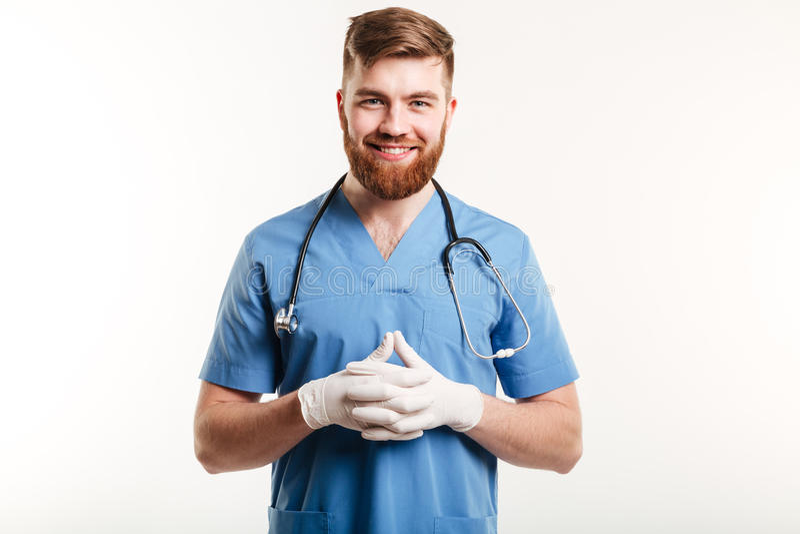 Retrato de um médico ou de uma enfermeira masculina feliz de sorriso fotografia de stock royalty free