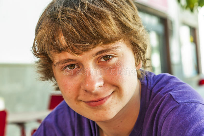 Retrato de um menino adolescente de sorriso fotos de stock