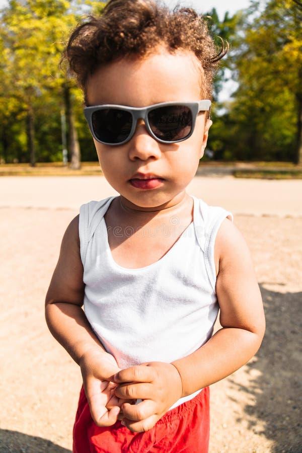 Retrato de um menino afro-americano ou latino-americano pequeno bonito fotografia de stock royalty free