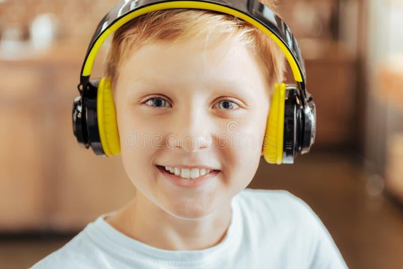 Retrato de um menino bonito positivo imagens de stock royalty free